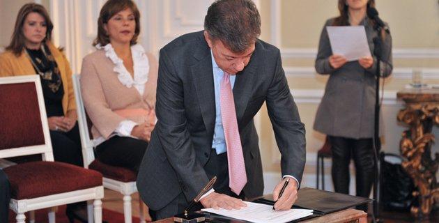 103689-9C Santos sancionó la Ley contra el 'matoneo' escolar o 'bullying'
